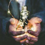 Glühbirne in der Hand