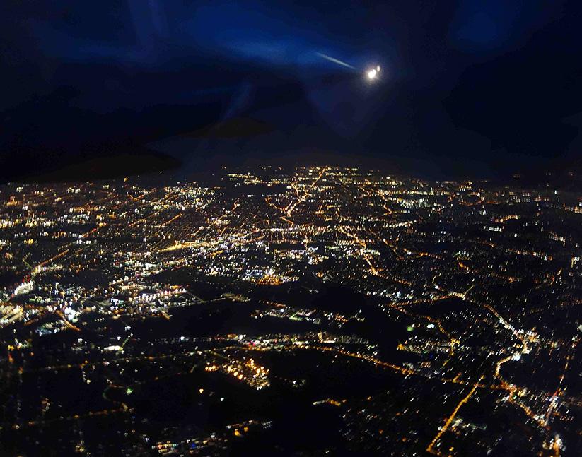 Ein etwas verwackeltes Bild von Sydney bei Nacht.