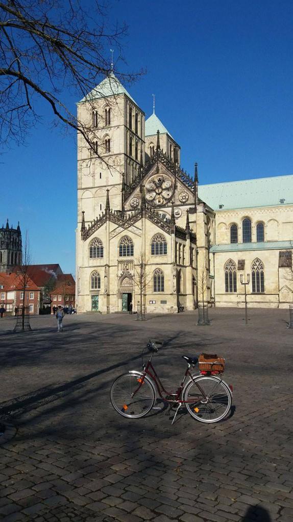 Der Dom zu Münster - und davor meine Leeze (Fahrrad). (Foto: Jasmin Larisch)