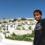 Marokko: Kind auf Friedhof