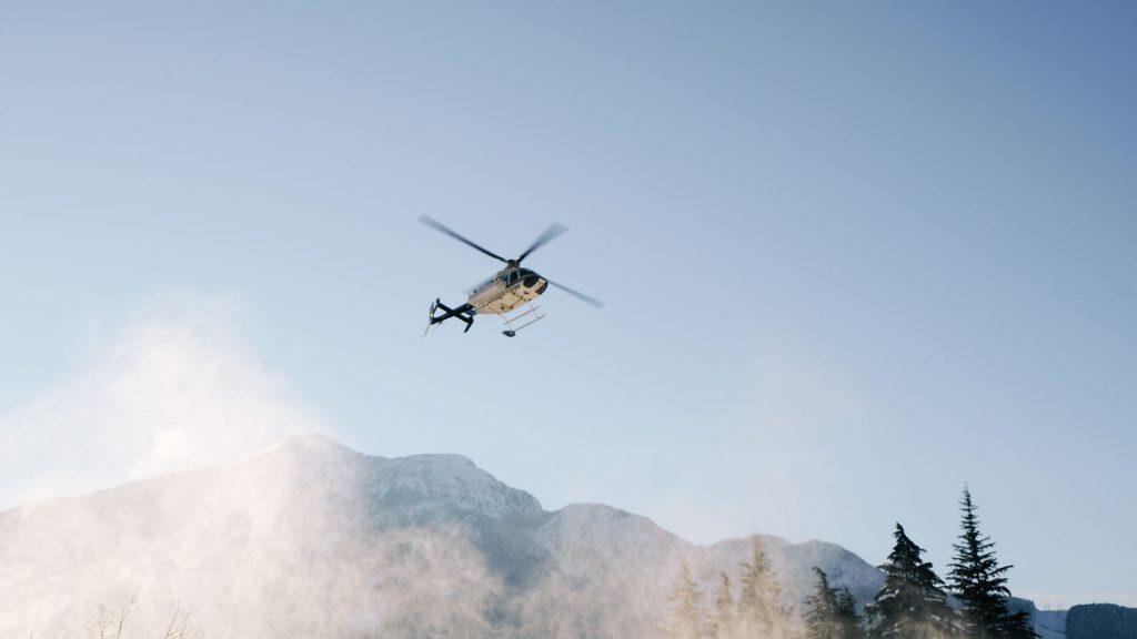 Helikopter über Bergen