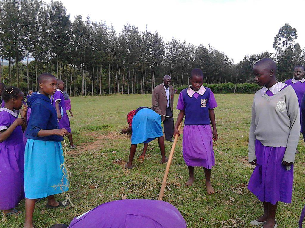 Schülerinnen auf der Wiese