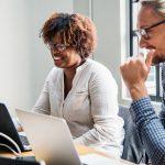 Wirtschaftspsychologie: Menschen arbeiten zusammen