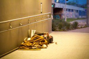 Person schläft in Fußgängerunterführung