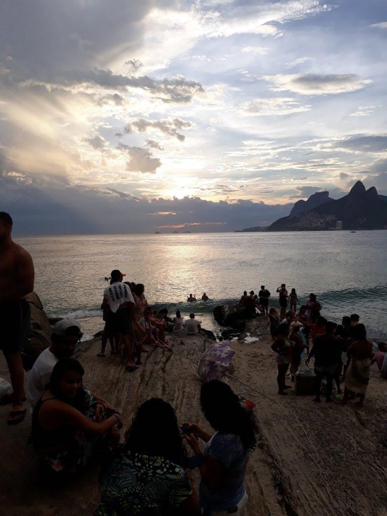 """Blick auf die """"Dois Irmaos"""" von Ipanema aus"""
