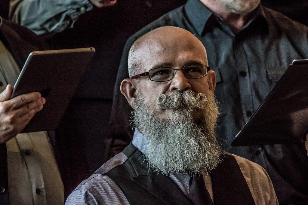 Mann mit gezwirbeltem Bart