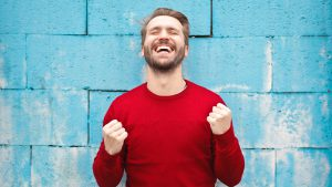 Ein Mann lacht aus voller Kehle