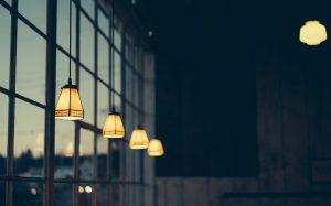 Dunkler Raum mit einigen Lampen