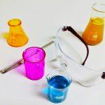 Chemie: Bunte Flüssigkeiten, Schutzbrille