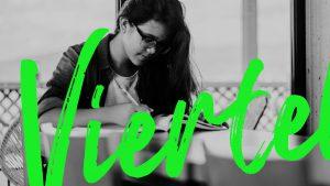Eine Frau schreibt in ein Buch