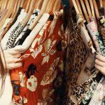 Kleidung wird angeschaut