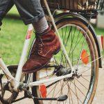Jemand fährt auf einem Fahrrad