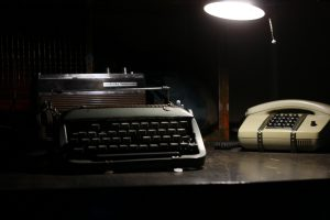 Escape Berlin: Knast 13 - Schreibmaschine und Telefon im düsteren Raum