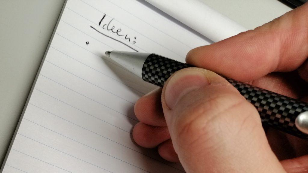 Auf einen Block ist händisch das Wort Ideen geschrieben