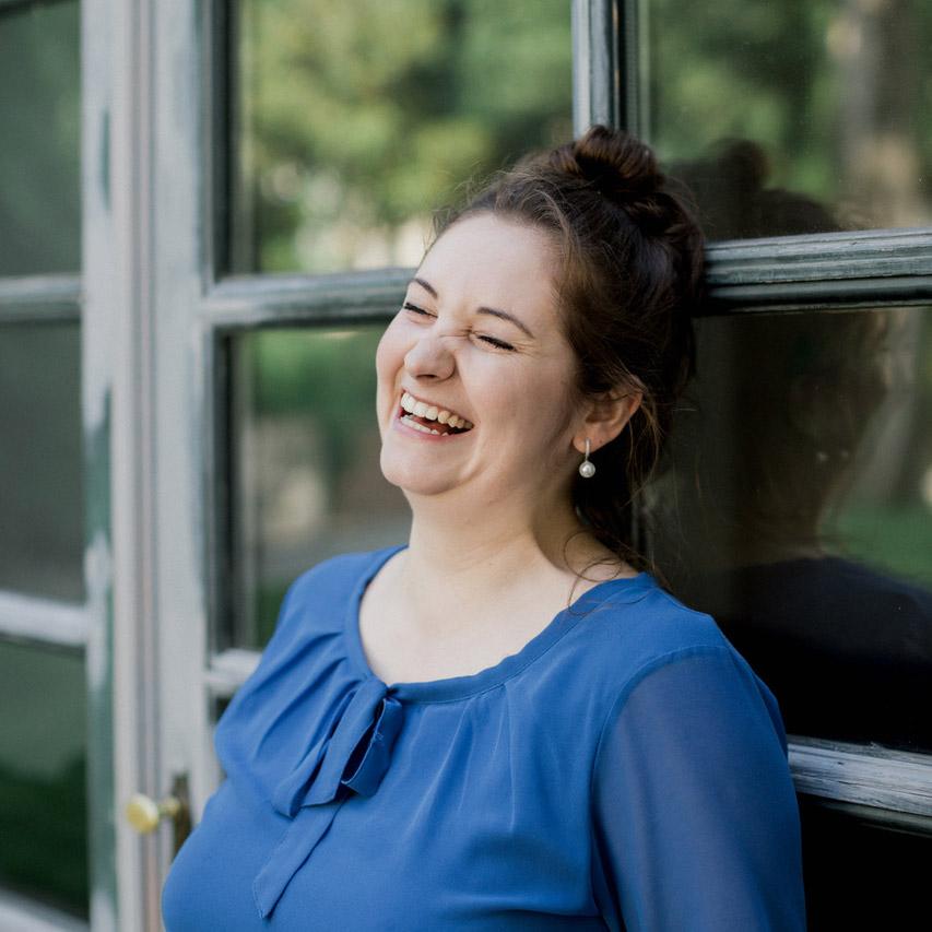 Portrait von Rebecca Blanz vor einem Fenster