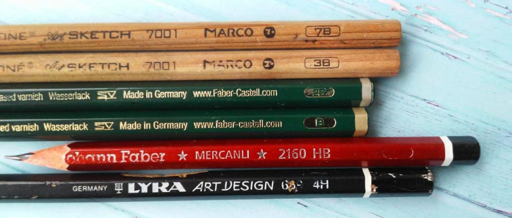 Sechs verschiedene Bleistifte mit unterschiedlichen Stärken von 7B über 3B, 2B, B, HB bis hin zu 4H. Der Härtegrad unterscheidet sich also. Die Bleistifte können zum Zeichnen verwendet werden. Einstiegsmaterialien Porträtzeichnungen