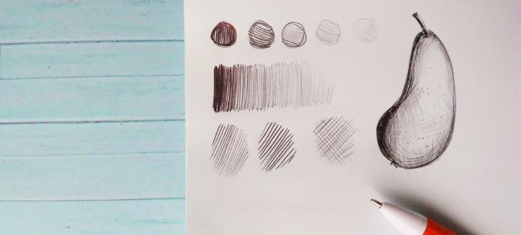 Eine Zeichenübung mit einem Kugelschreiber. Man sieht einen Kugelschreiber und ein paar Schraffuren und einen Gradienten, der mit Kulli gezeichnet worden ist. Außerdem ist dort eine schattierte Birne. Einstiegsmaterialien Porträtzeichnungen