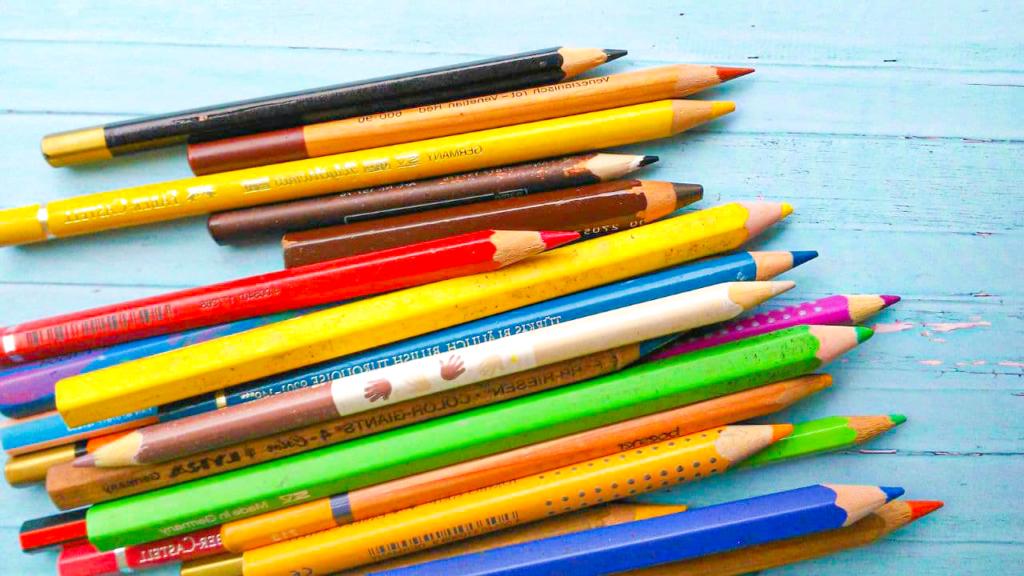 Ein Haufen unterschiedlich gefärbter Buntstifte. Sie sind unterschiedlich groß und klein, dick und dünn und von diversen Marken. Einstiegsmaterialien Porträtzeichnungen