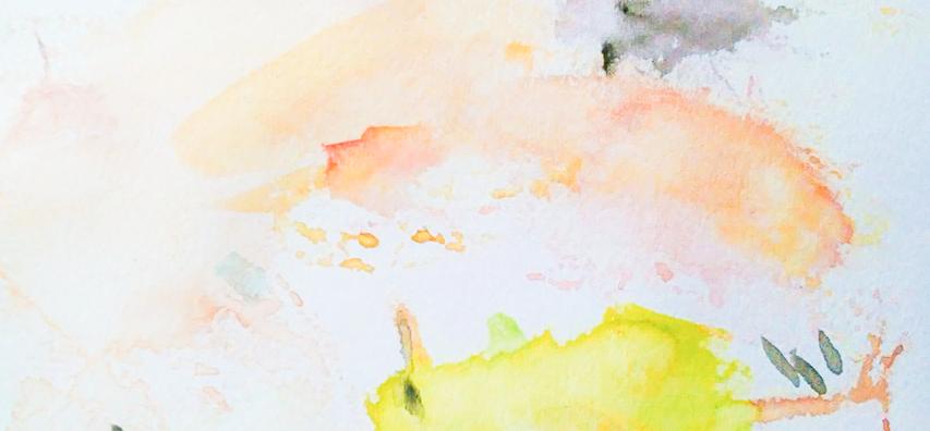 Eine Mischunterlage mit Aquarellfarbflecken. Die Aquarellfarbe hat unterschiedliche Farben unter anderem Grau, Lachsfarben und Gelb. Einstiegsmaterialien Porträtzeichnungen
