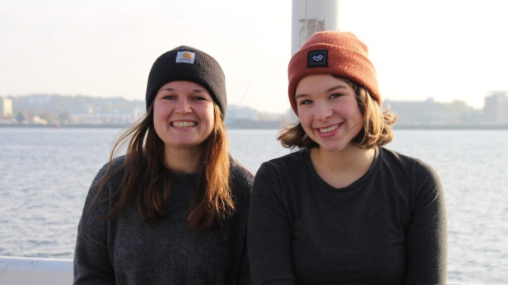 Portrait von Anna und Eva am Meer