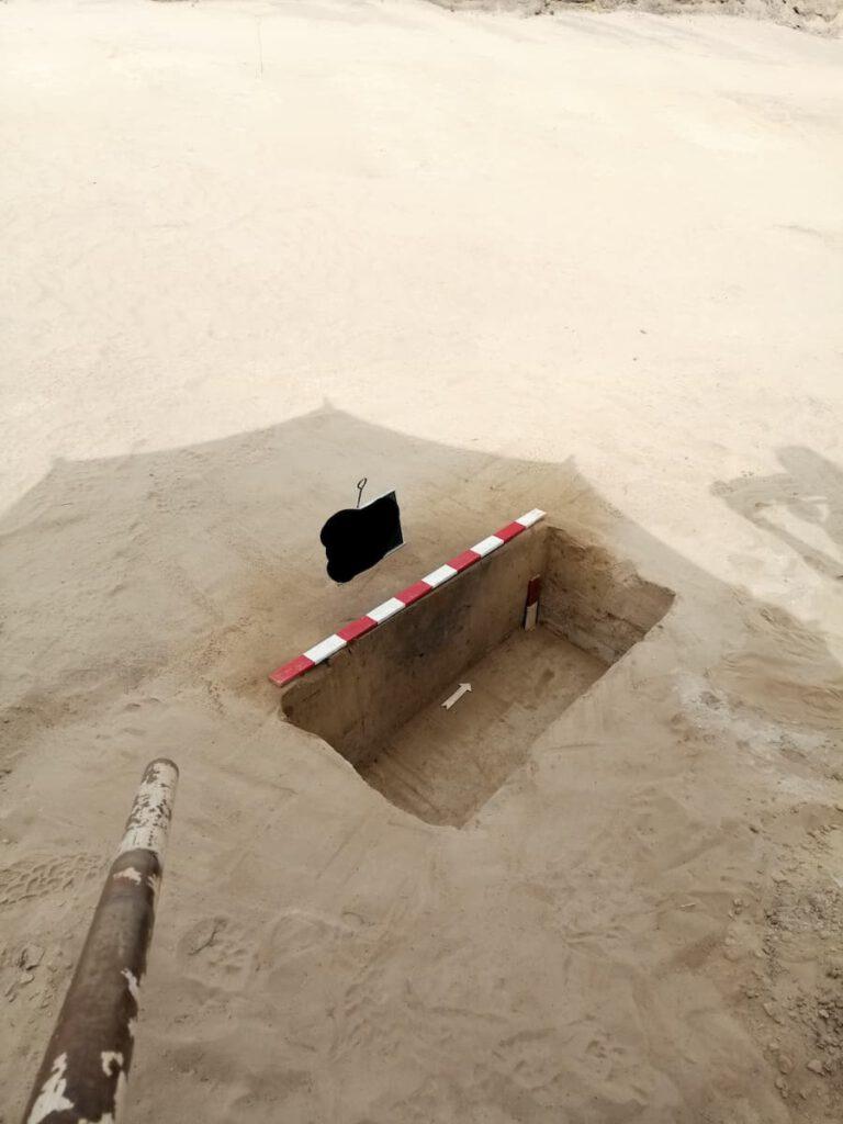 Rechteckiges Loch im Boden mit einer Messtange, die die Breite anzeigt.