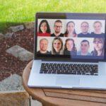 Ein aufgeklapptere Laptop auf einem Gartentisch. Auf dem Bildschirm 10 kleine Portraits des Kernteams von seitenwaelzer