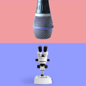 Ein Mikroskop steht vor einem blauen Hintergrund, darüber hängt sehr nah ein riesiges Mikrofon