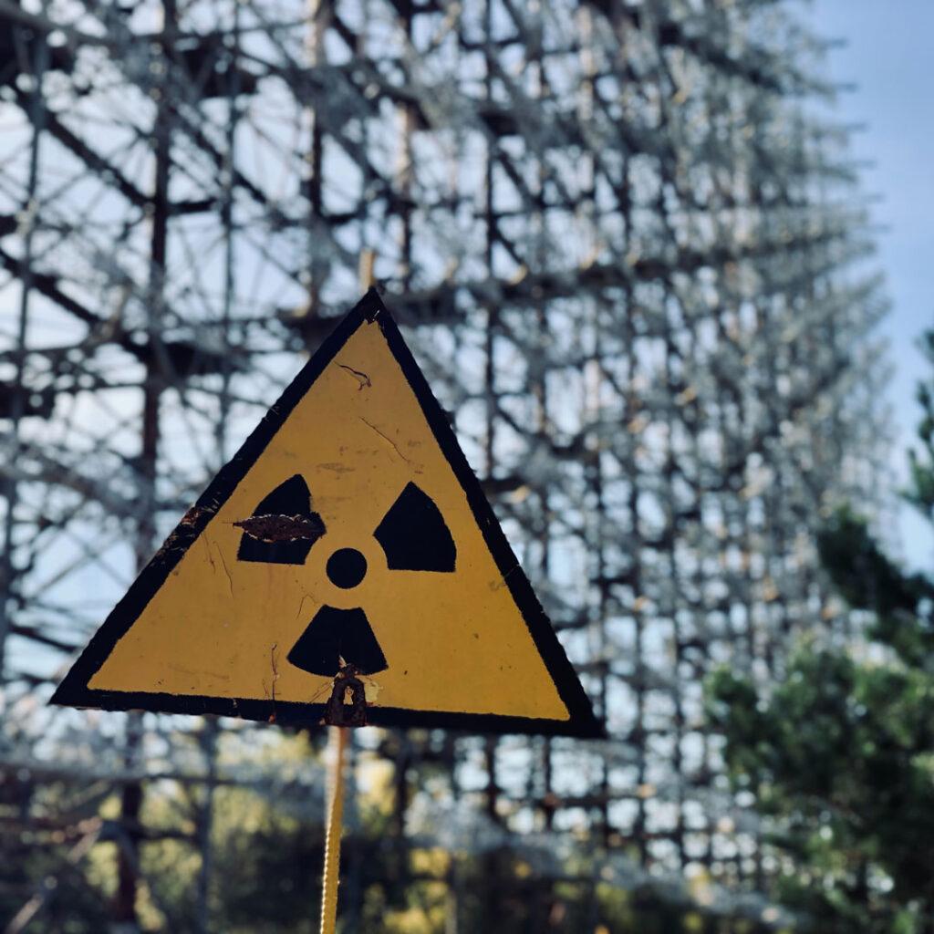 Ein gelbes Warndreieck mit einem Atomkraft-Symbol darauf.